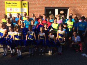 Die Teilnehmer und Cheerleader vor dem Start in Bösinghoven.